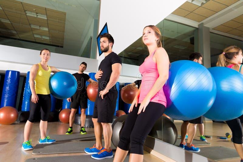 Turnhallenleutegruppe entspannte sich nach fitball Training stockfoto