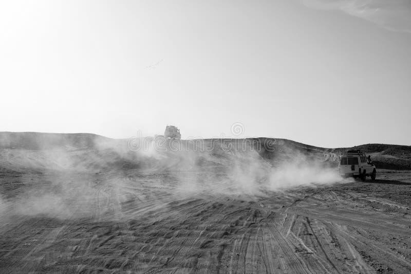 Turniejowa bieżna wyzwanie pustynia Samochód pokonywać piasek diun przeszkody Samochód jedzie offroad z chmurami Offroad pył obrazy stock