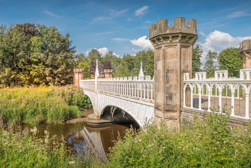 Turnieju gotyka most z Baronial molami i Żelazną architekturą Eglinton, Irvine Szkocja obraz royalty free