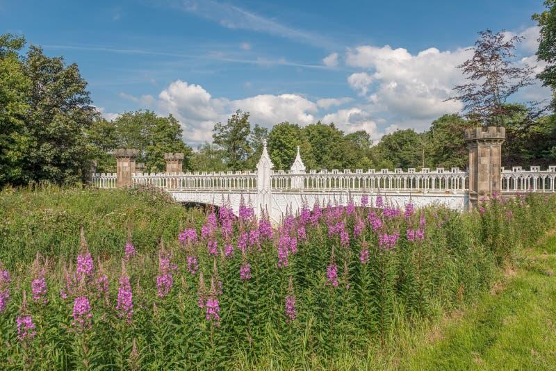 Turnieju gotyka most z Baronial molami i Żelazną architekturą Eglinton, Irvine Szkocja zdjęcia stock