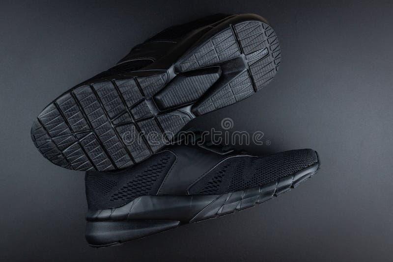 Turnschuhe auf schwarzem Hintergrund stockfotos