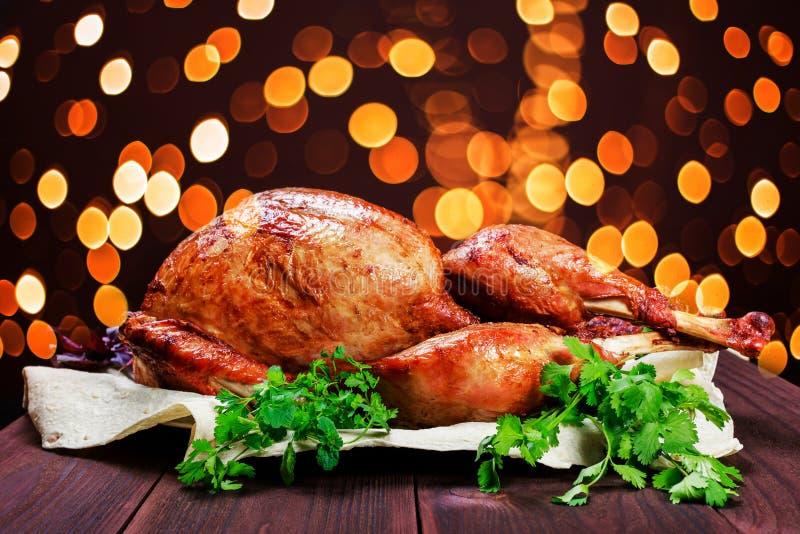 Turquía asada La tabla de la acción de gracias sirvió con el pavo, adornado con verdes y albahaca en fondo de madera oscuro Comid fotos de archivo libres de regalías