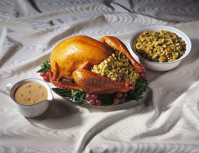 Turquía con el relleno y la salsa