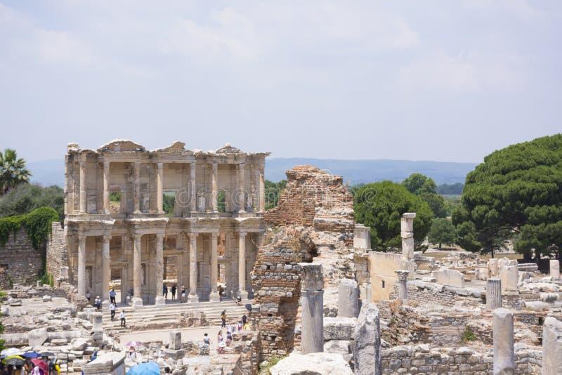 Turquía, Ephesus - 25 de junio de 2019 La biblioteca de Celsus en ruinas viejas de la ciudad antigua de Ephesus en el día soleado fotografía de archivo