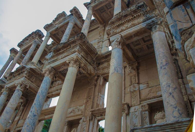 Turquía, Ephesus, fachada de la biblioteca antigua que mira para arriba, columnas coloreadas fotos de archivo