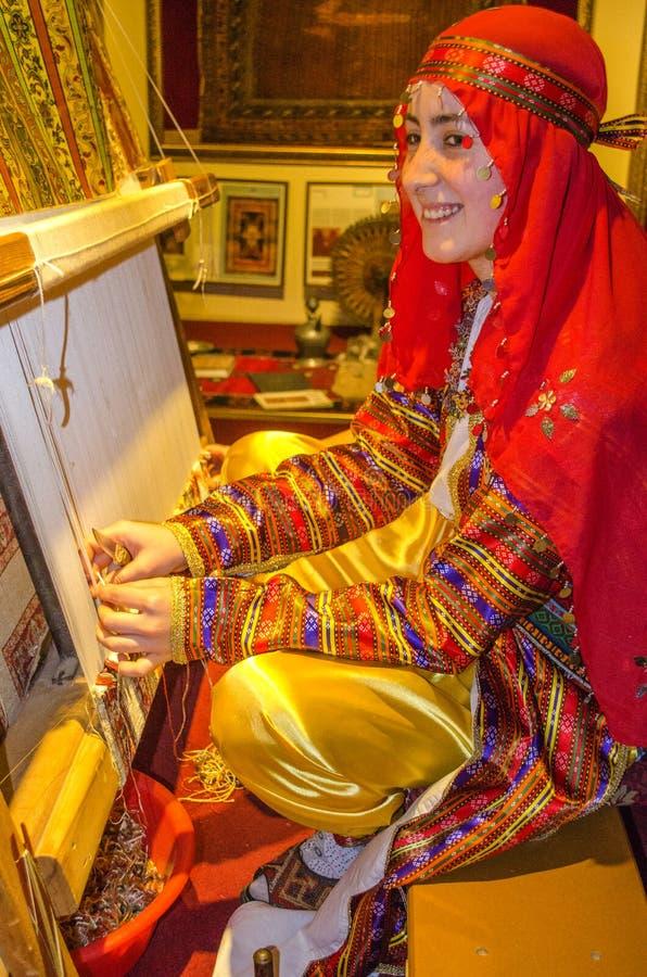 Turquía, Pamukkale, el 17 de octubre de 2018 La muchacha turca está trabajando para crear una alfombra