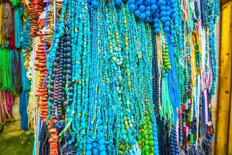 A turquesa apedreja grânulos na loja de joia do Cairo, Egito fotos de stock
