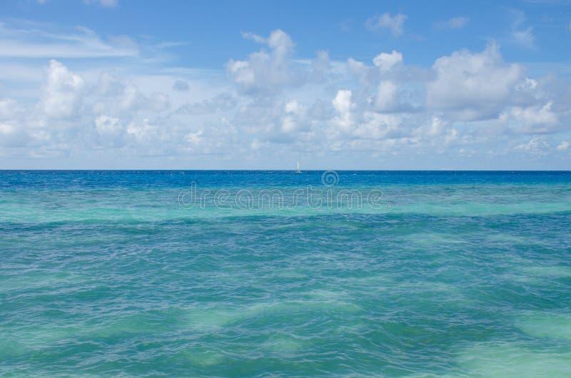 A turquesa da água da paisagem do Oceano Índico a ilha de Maldivas fotos de stock