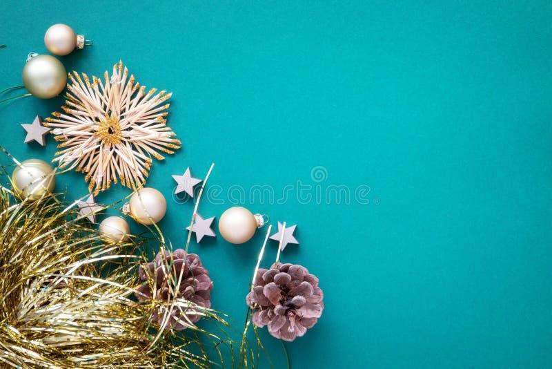 Turquesa del fondo de la decoración de la Navidad con la estrella de la paja imágenes de archivo libres de regalías