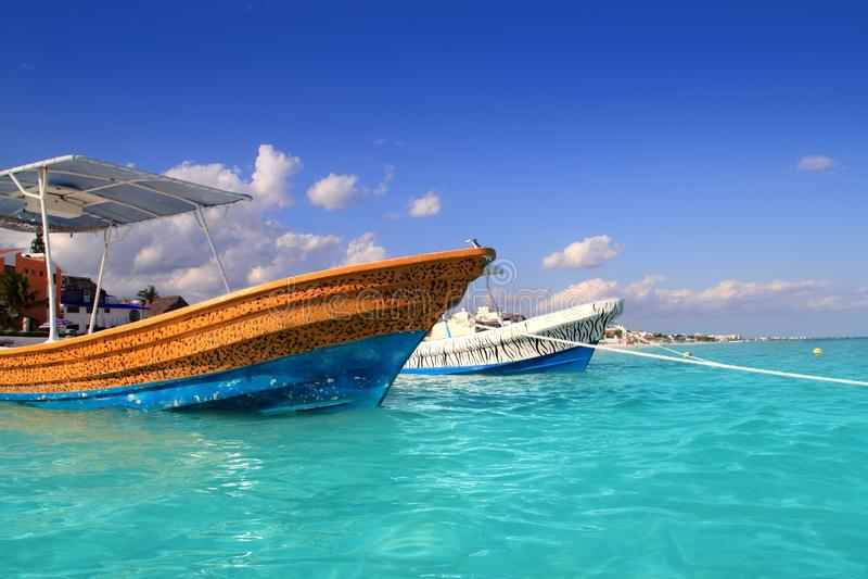 Turquesa el Caribe de los barcos de la playa de Puerto Morelos imagenes de archivo