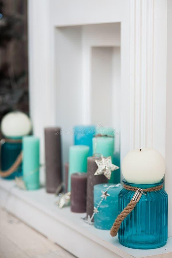 Turquesa, hortelã, velas marrons no portal da chaminé fotografia de stock