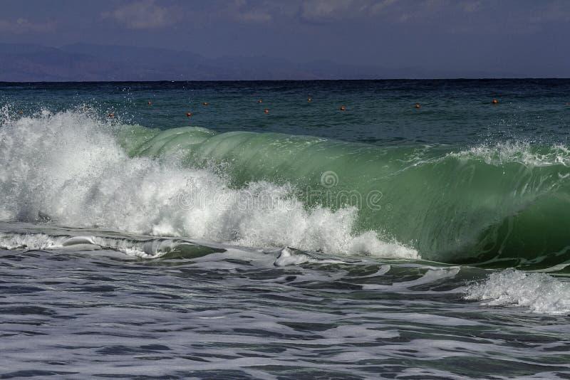 Turquesa majestuosa e inflamación verde clara que se estrellan en una playa en un día de verano del cielo azul en Sicilia fotos de archivo