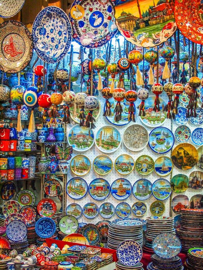 Turquia, Istambul, bazar velho, loja de lembrança, copos da exposição, placas, fotos de stock royalty free