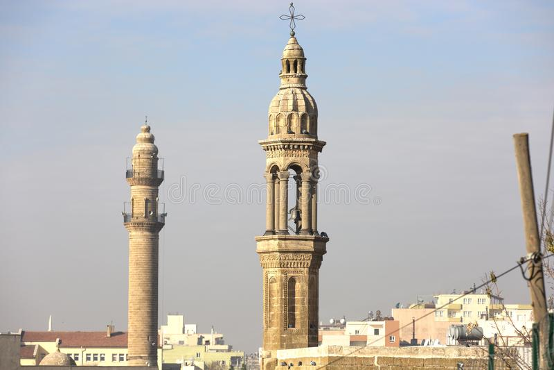 Turquia na província de Mardin, centro histórico de pedra na cidade, mosteiros, locais religiosos e símbolos fotografia de stock royalty free