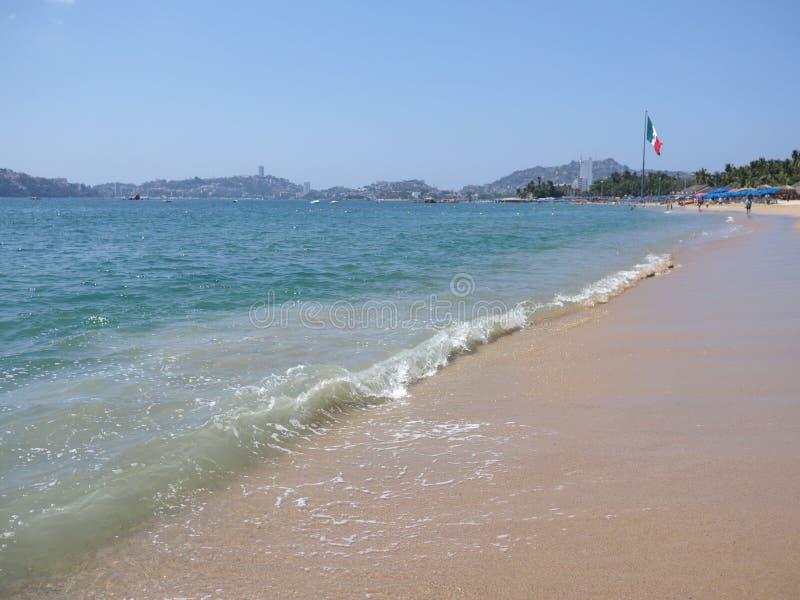 turquise波浪全景与大墨西哥国旗的在阿卡普尔科市,墨西哥和太平洋风景海湾  库存图片