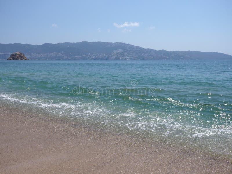 turquise波浪看法在阿卡普尔科市海湾的墨西哥和太平洋风景的 免版税库存图片