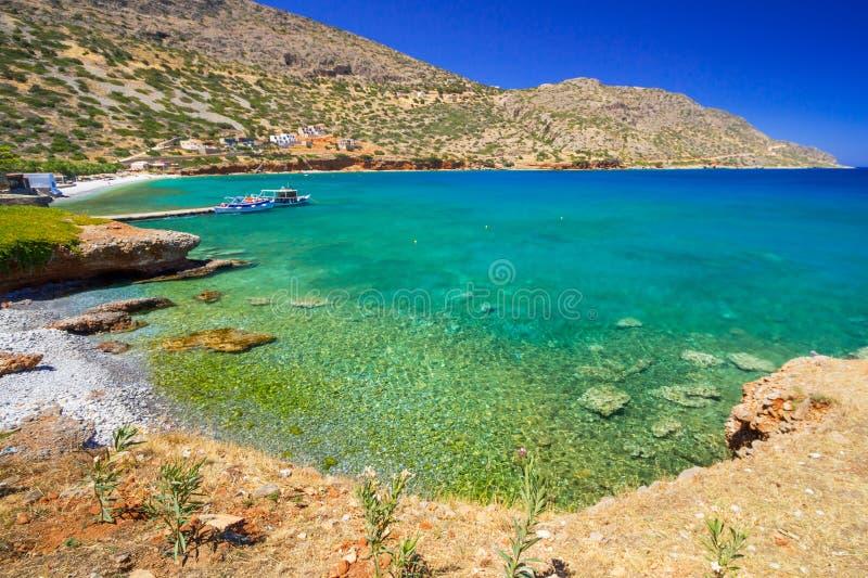 Turquise vatten av den Mirabello fjärden på Crete arkivbild
