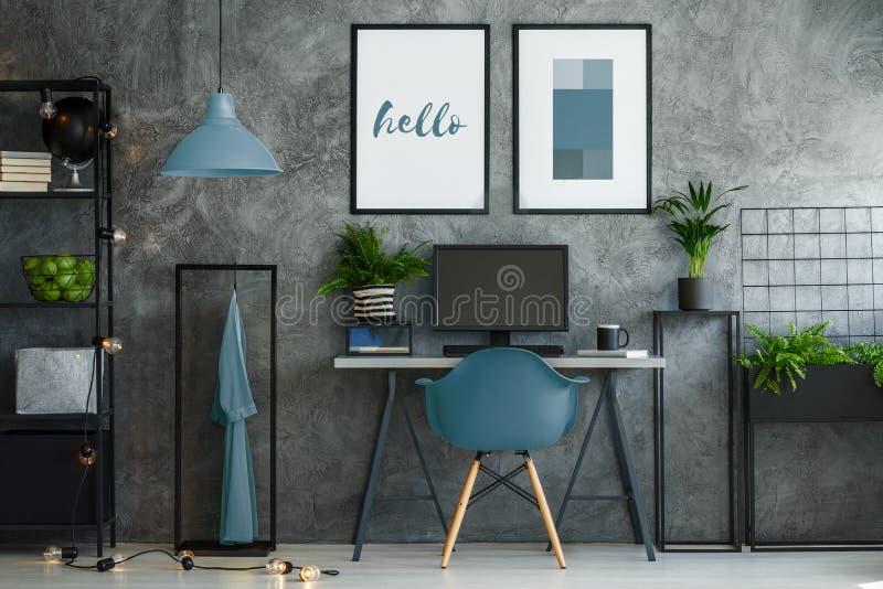 Turquoise élégante et intérieur gris images stock
