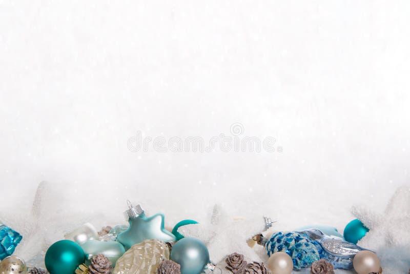 Turquoise et fond neigeux en bois bleu de Noël blanc avec photographie stock libre de droits