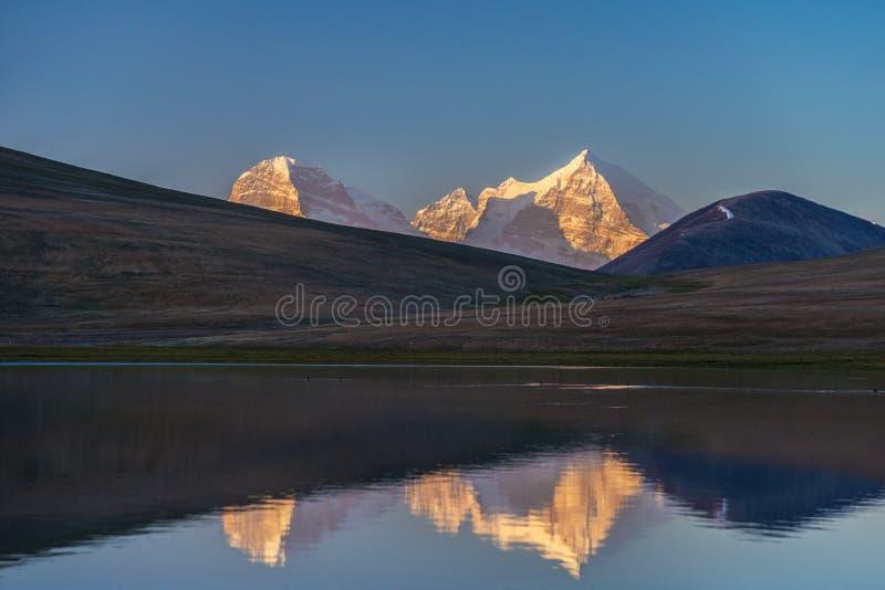 Turumtaykul berg för sjö - Pamir arkivbild