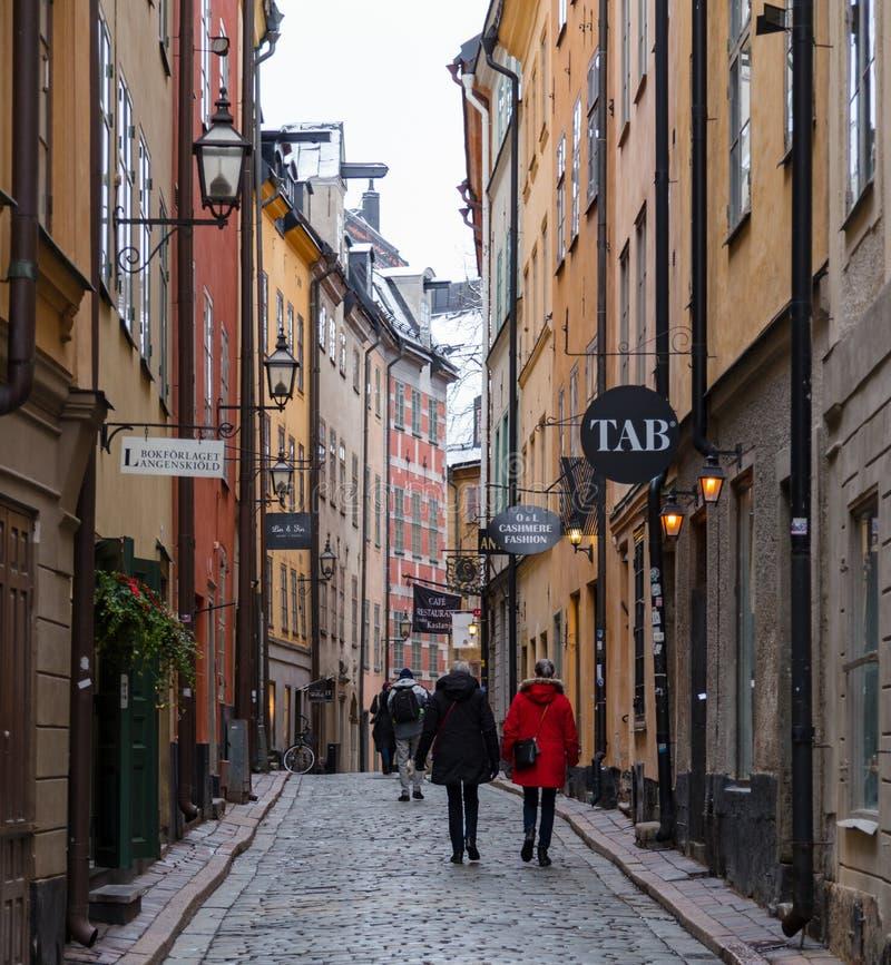 Turyści chodzi na starych i wąskich brukowiec ulicach Sztokholm na zimnym dniu fotografia stock