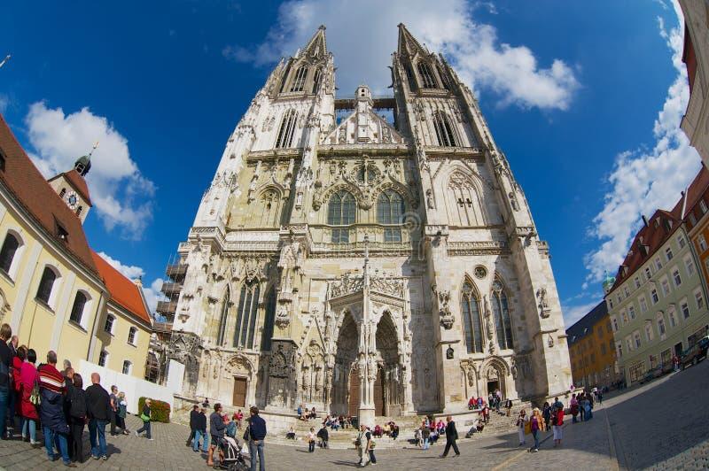 Turyści odwiedzają kwadrat przed St Peter katedrą w Regensburg, Niemcy zdjęcie royalty free