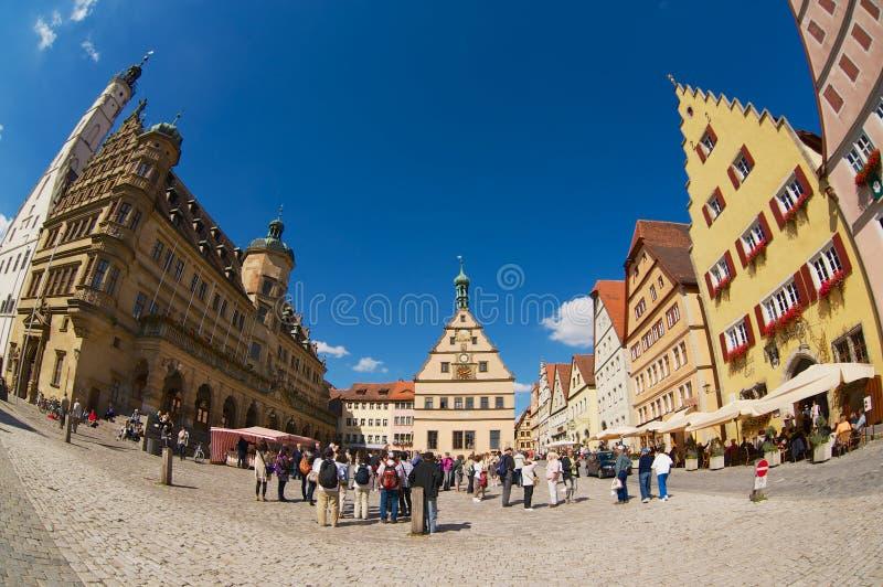 Turyści odwiedzają Targowego kwadrat w Rothenburg Ob Dera Tauber, Niemcy zdjęcia stock