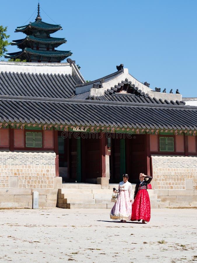 Turyści w Hanbok w Gyeongbokgung pałac fotografia stock