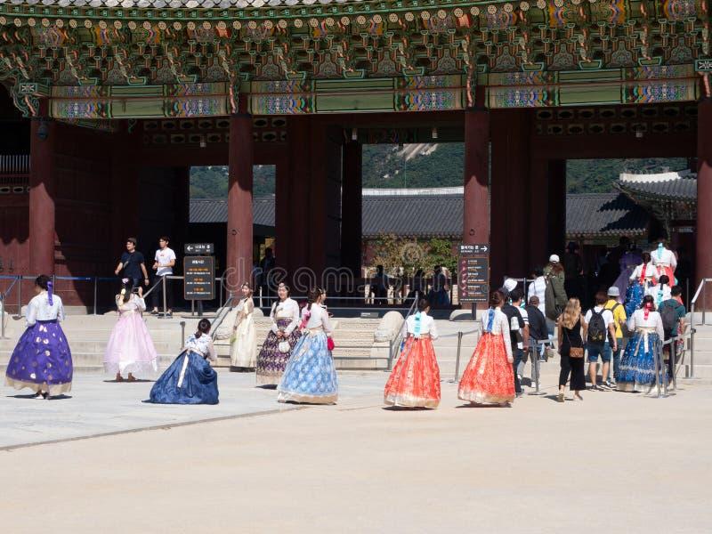Turyści w Tradycyjnych szatach Wchodzić do Geongbokgung pałac w Seul zdjęcie royalty free