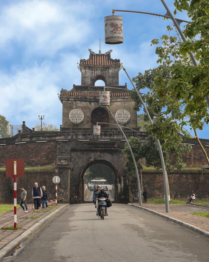 Turyści wchodzić do cytadelę przez jeden ono są wejściowymi bramami, odcień, Wietnam zdjęcie stock