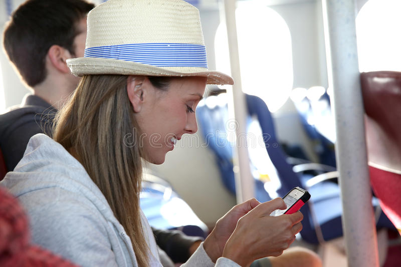 Turyści łączący z smartphone bierze prom zdjęcia stock