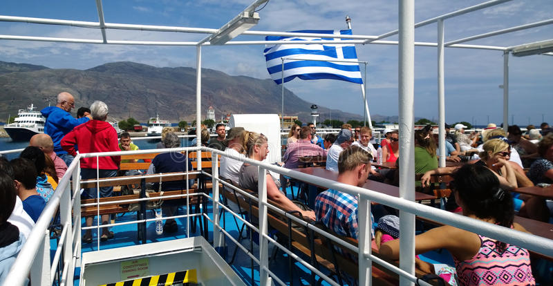 Turyści żegluje na otwartym pokładzie na statku dla wycieczki turysycznej zatoka Balos fotografia royalty free