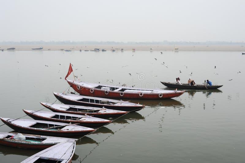 Turyści bierze łódkowatą wycieczkę turysyczną na świętej Ganges rzece obrazy stock