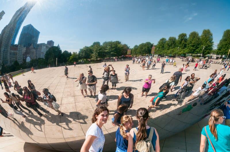 Turyści bierze fotografię przy Obłocznej bramy jawną rzeźbą w milenium parku w Chicago zdjęcia stock