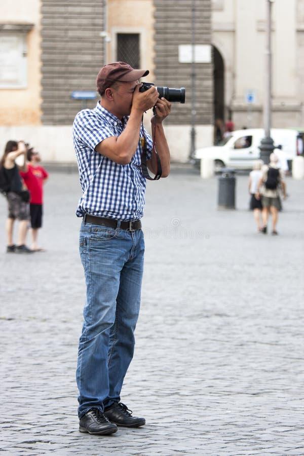 Turyści bierze fotografię z cyfrową kamerą obrazy royalty free