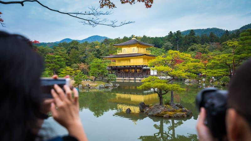 Turyści biorą fotografie Kinkakuji świątynia obraz royalty free