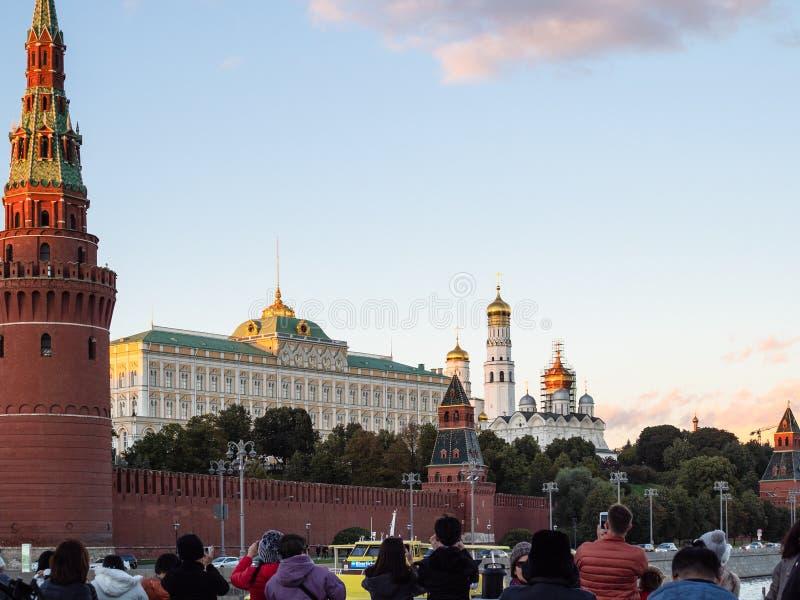 Turyści biorą obrazki Moskwa Kremlin od łodzi obraz stock