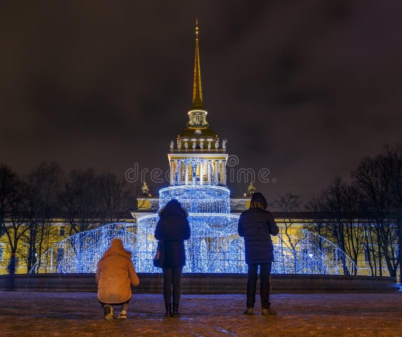 TuryÅ›ci biorÄ… obrazki nocy fontanna z oÅ›wietleniem i miasto Iglica admiralicja, St Petersburg, Rosja obraz stock
