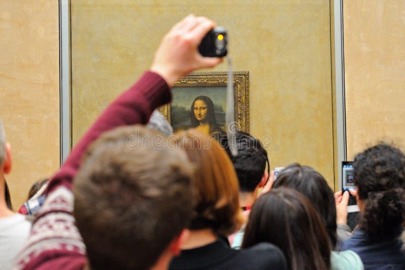 Turyści biorą obrazkom Mona Lisa (Monna Lisa Gioconda lub los angeles obrazy stock