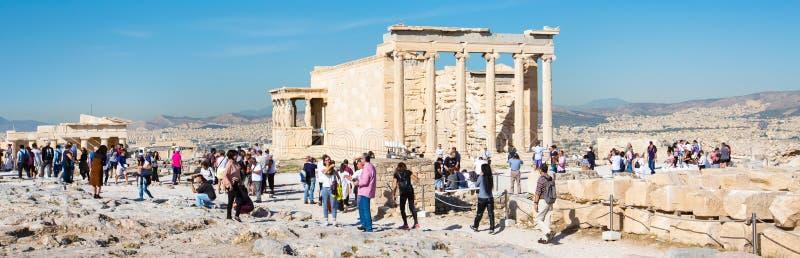 Turyści blisko Erechtheum świątynnych ruin w akropolu, Ateny sztandaru tło fotografia royalty free