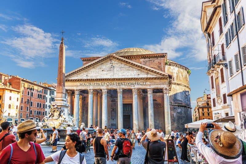 Turyści blisko panteonu zdjęcie royalty free
