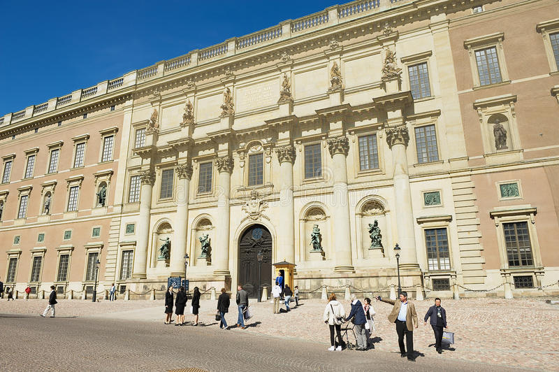 Turyści chodzą przed pałac królewskiego budynkiem w Sztokholm, Szwecja obrazy royalty free