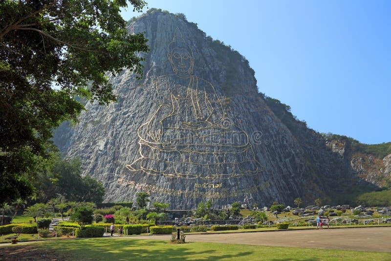 Turyści chodzą w parku na tle skała Złoty Buddha w pobliżu Pattaya obraz stock