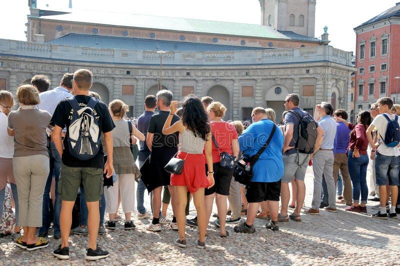 Turyści chodzą w starym miasteczku w Sztokholm zdjęcia stock