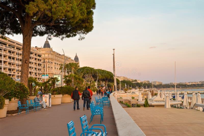 Turyści chodzą wzdłuż sławnego Deptaka De Los angeles Croisette obraz royalty free