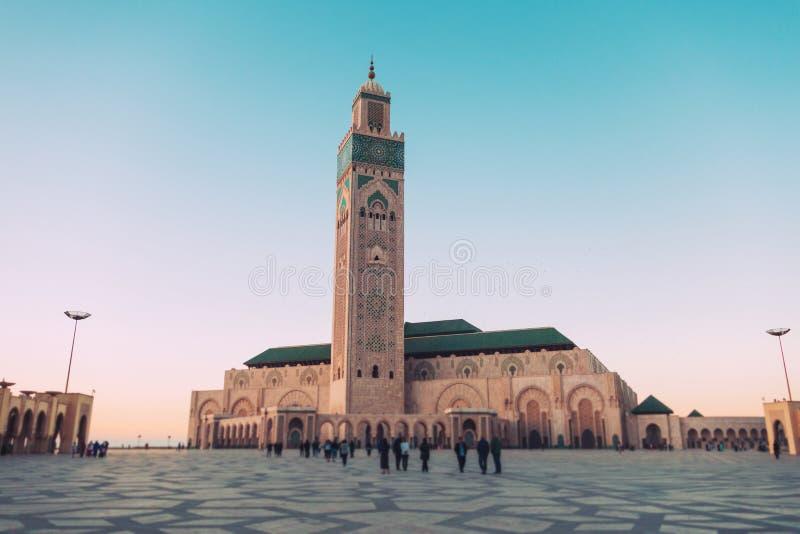 turyści chodzący i robiący zdjęcia na placu Hassan II obraz royalty free