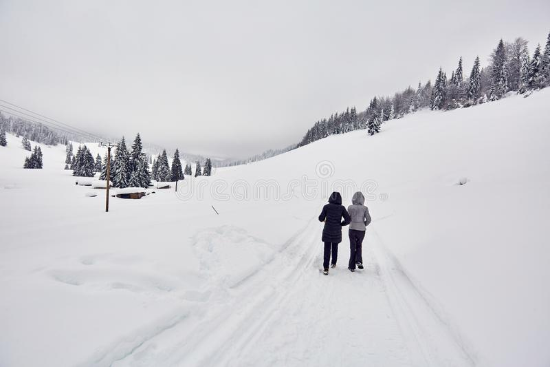 Turyści chodzi na śnieżnym śladzie obraz stock
