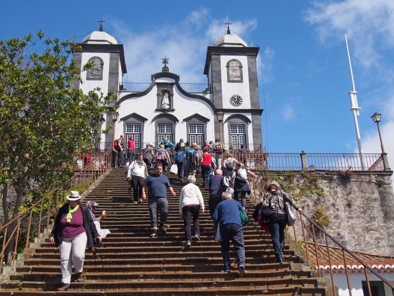 turyści chodzi na krokach historyczny kościół Nasz dama Monte w Funchal obraz stock