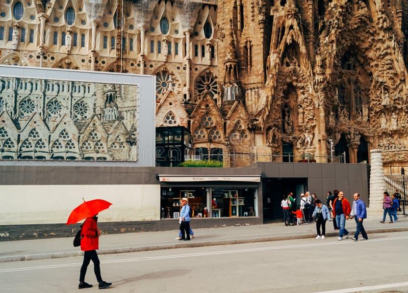 Turyści chodzi przed Sagrada Familia fotografia stock