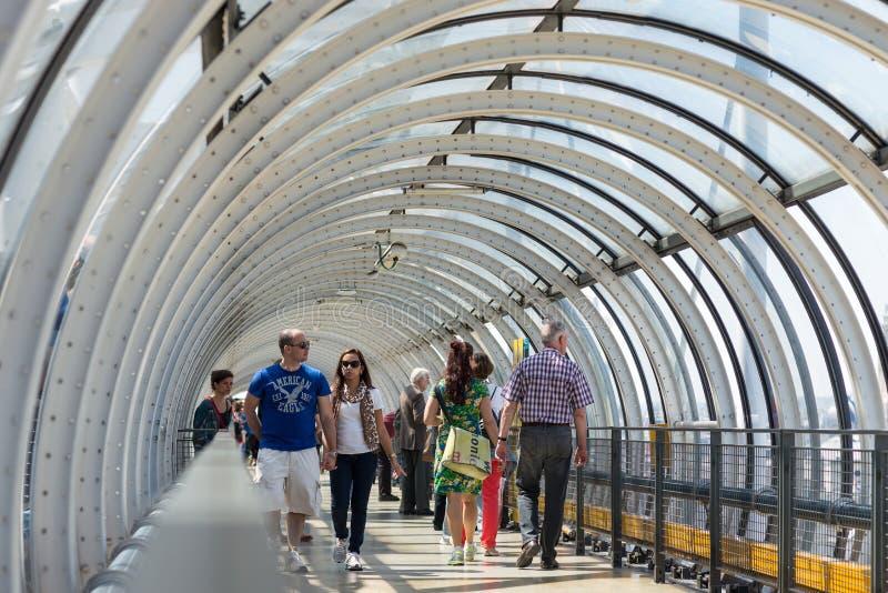 Turyści chodzi wśrodku Centre Georges Pompidou obrazy royalty free